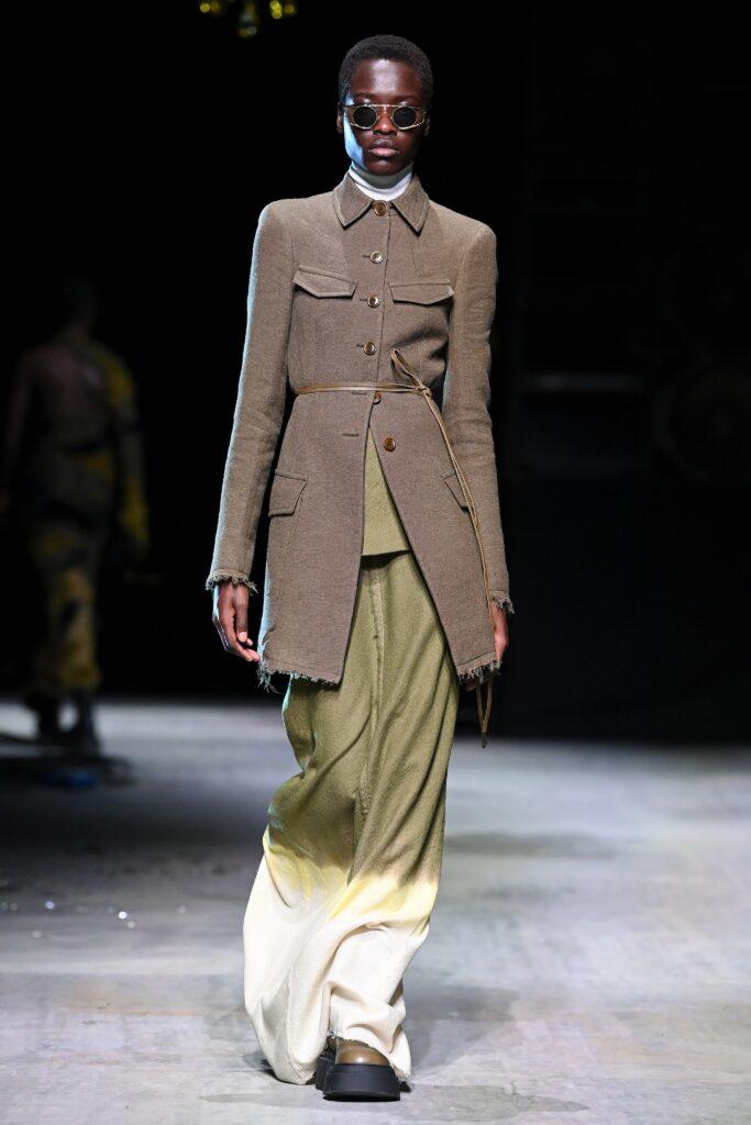 модное пальто осень 2021короткое приталенное коричневое армейское шинель