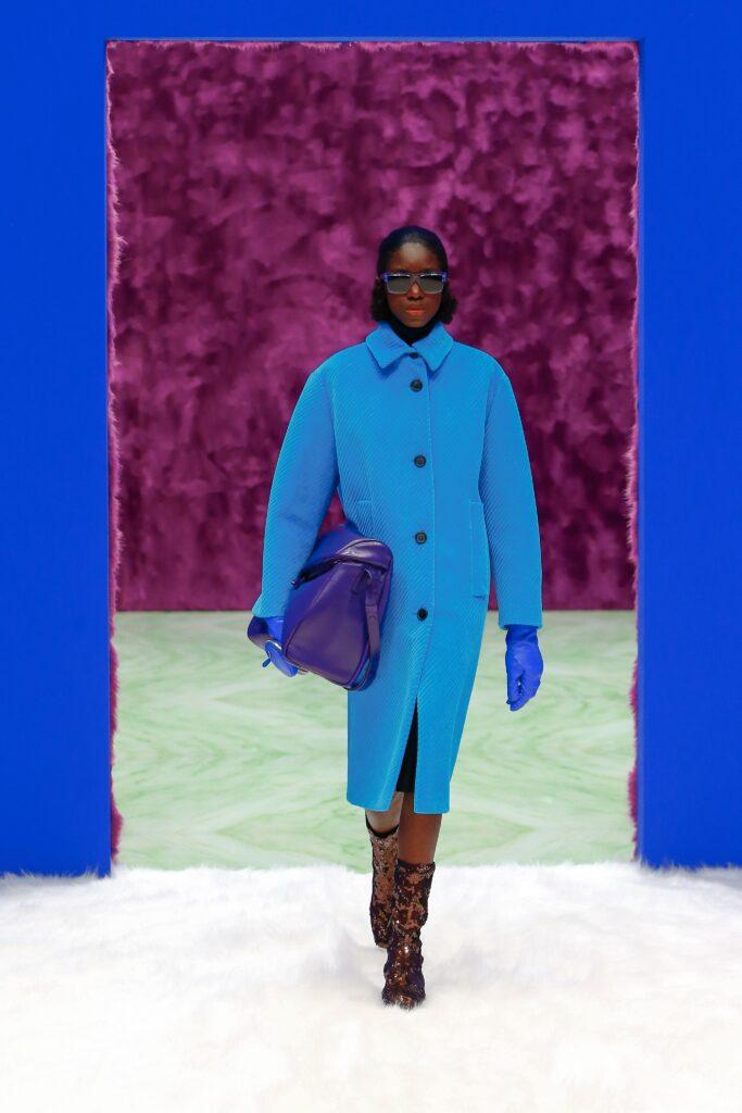 модное пальто осень 2021 миди макси длинное яркое синее оверсайз
