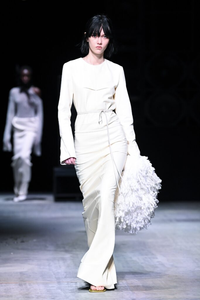 модное длинное платье осени 2021