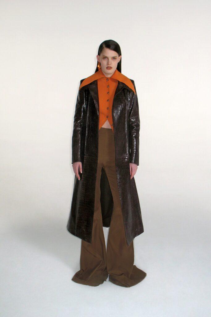кожаное пальто тренч плащ мода осень 2021 миди коричневый черный крокодиловая кожа