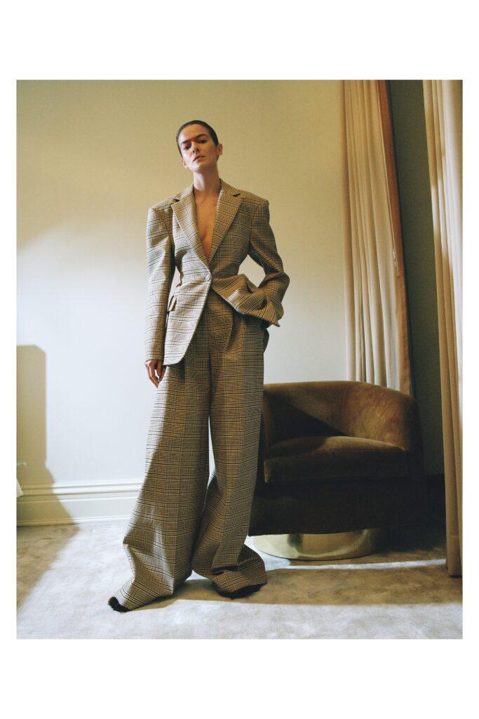 модные брюки широкие клеш оверсайз осень 2021 серые коричневые в клетку