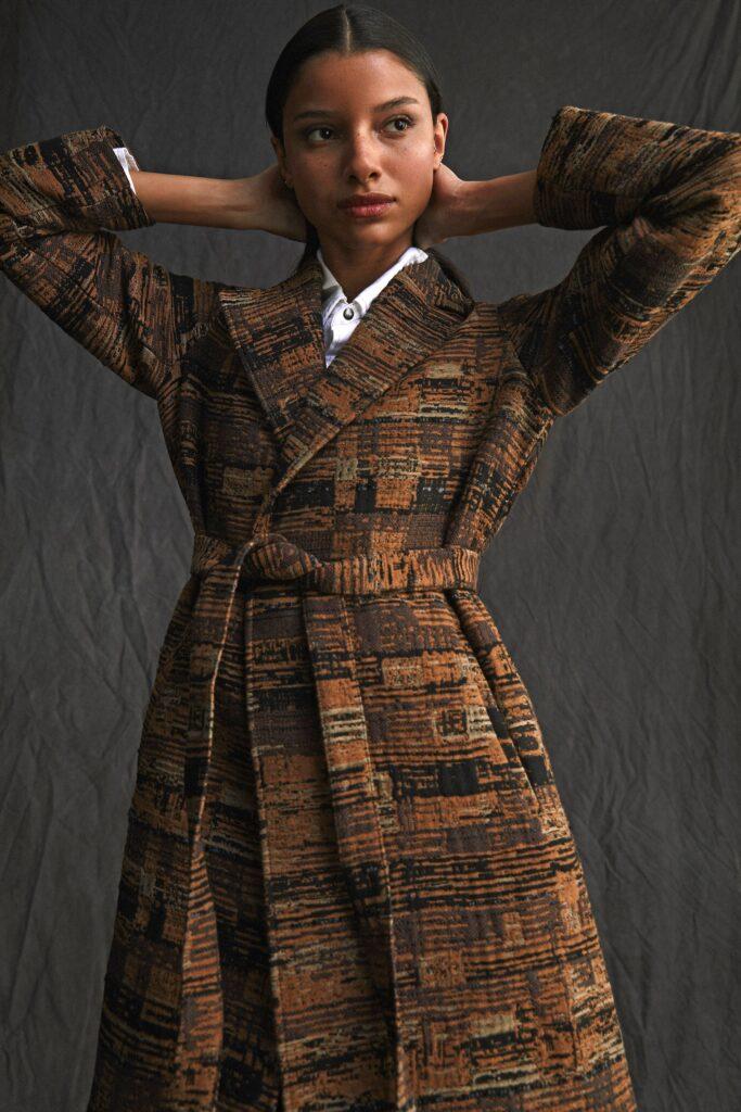 модное пальто осень 2021 принт клетка миди коричневое