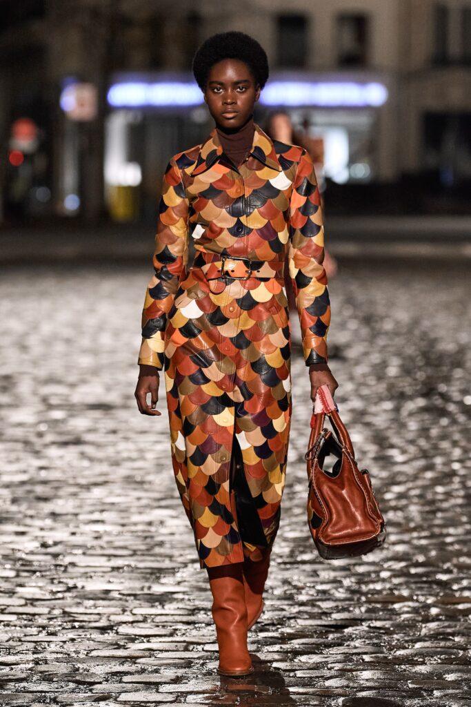 кожаное пальто тренч плащ мода осень 2021 миди чешуя коричневый пэчворк
