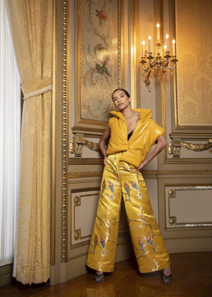 модные брюки широкие клеш оверсайз осень 2021 желтые принты