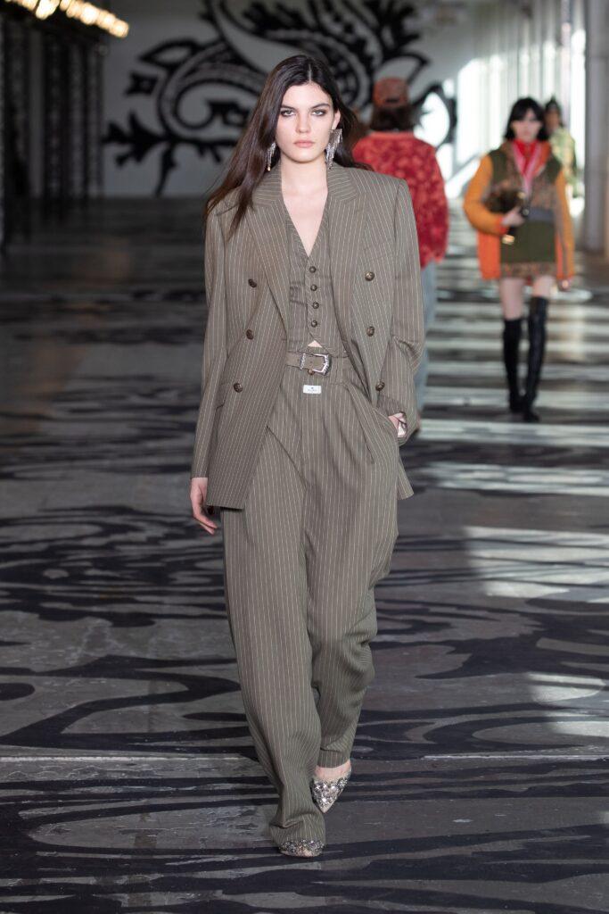 модные брюки широкие клеш оверсайз осень 2021 серые коричневые бежевые в полоску