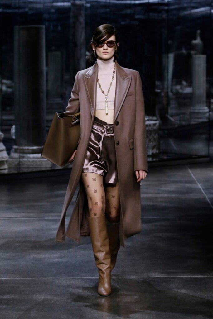 кожаное пальто тренч плащ мода осень 2021 миди коричневый кофейный