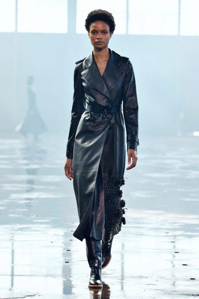 кожаное пальто тренч плащ мода осень 2021 миди длинный черный с аппликацией