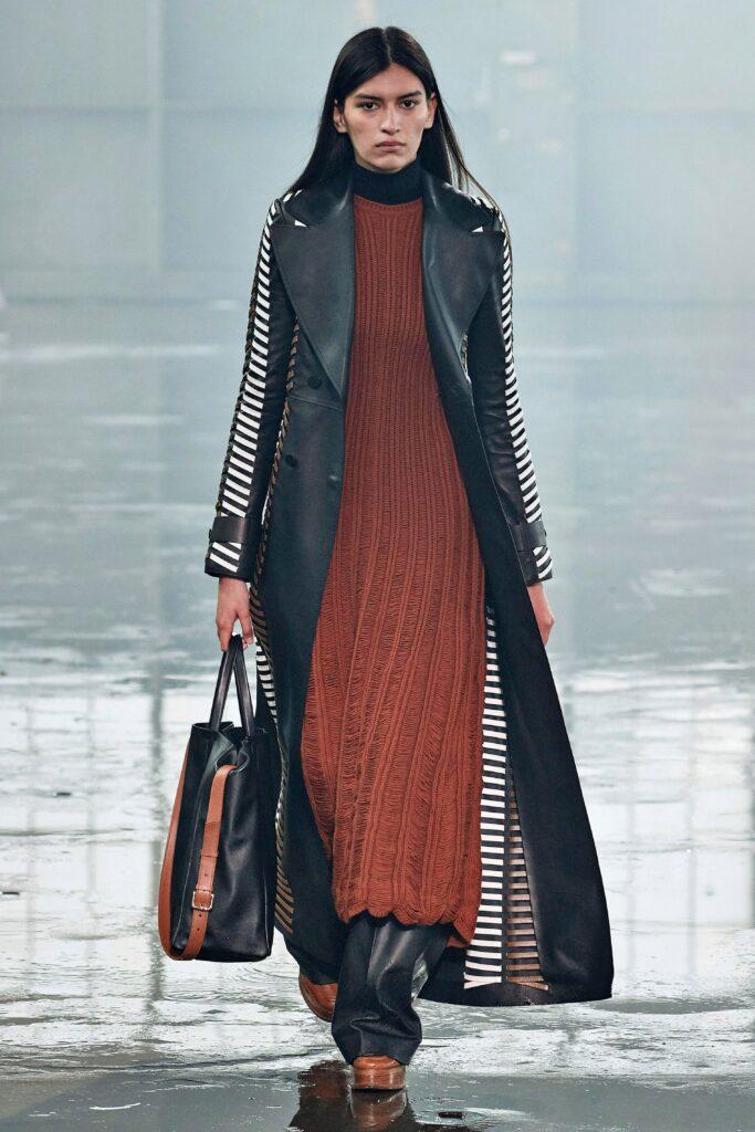 кожаное пальто тренч плащ мода осень 2021 миди длинный с принтом