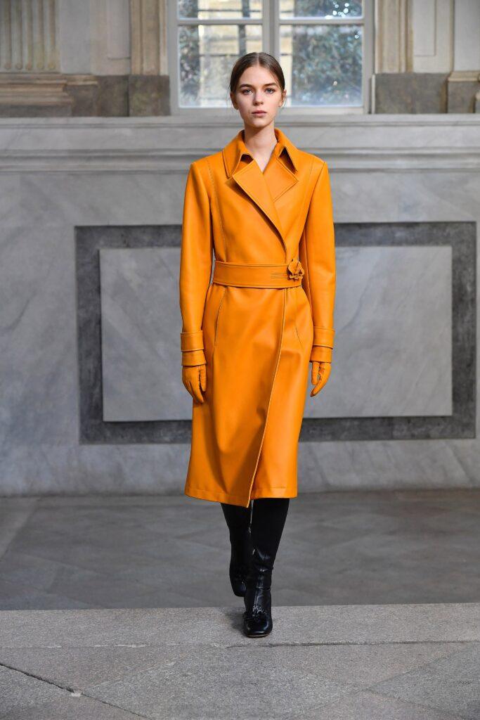 кожаное пальто тренч плащ мода осень 2021 миди оранжевый