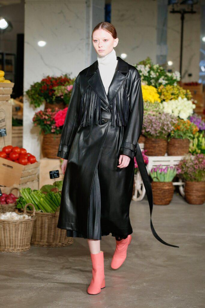 кожаное пальто тренч плащ мода осень 2021 миди черный длинный с бахромой