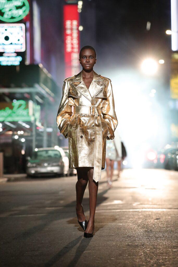 кожаное пальто тренч плащ мода осень 2021 миди золотой