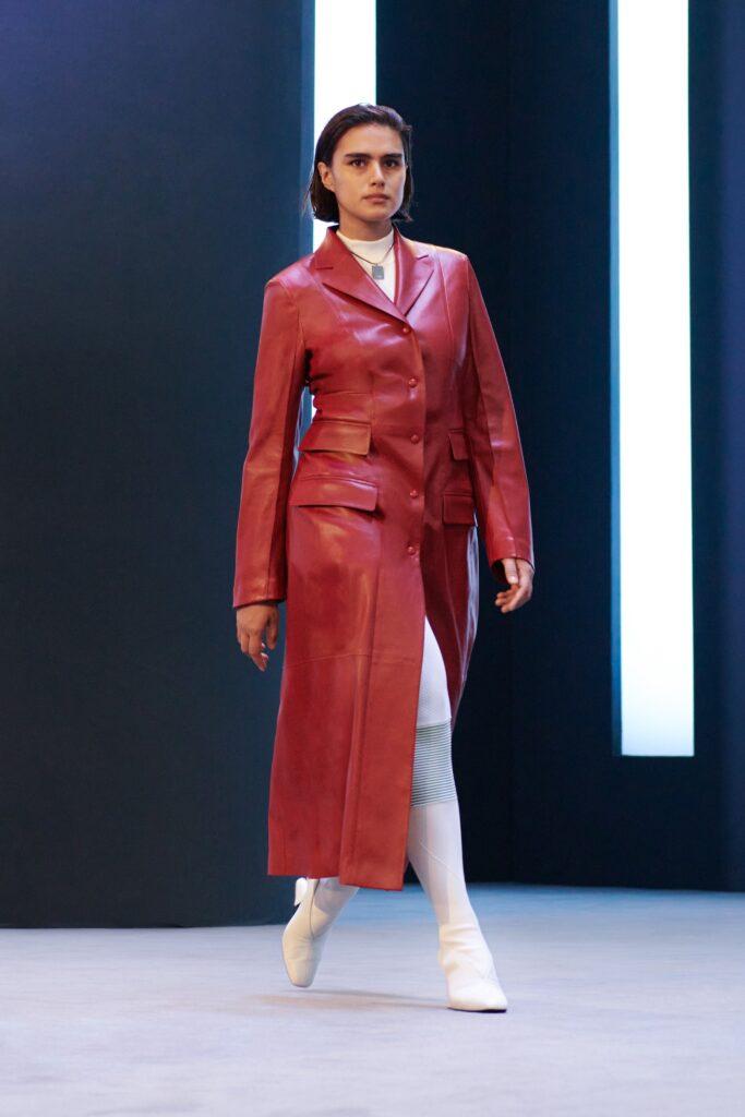 кожаное пальто тренч плащ мода осень 2021 миди красный