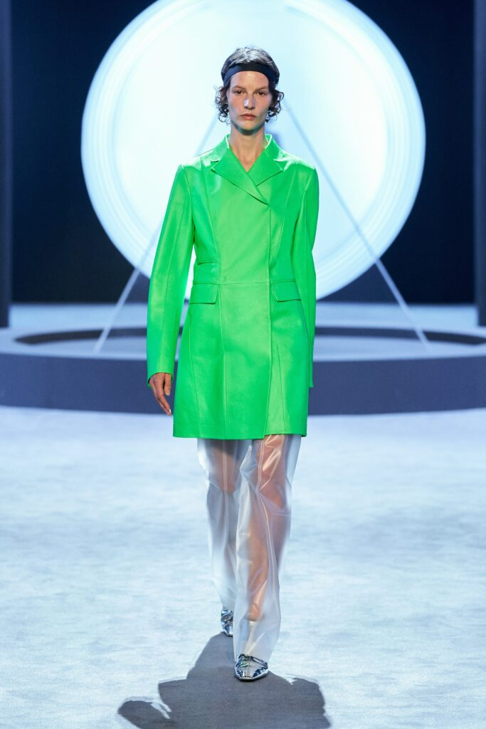 кожаное пальто тренч плащ мода осень 2021 миди короткий зеленый