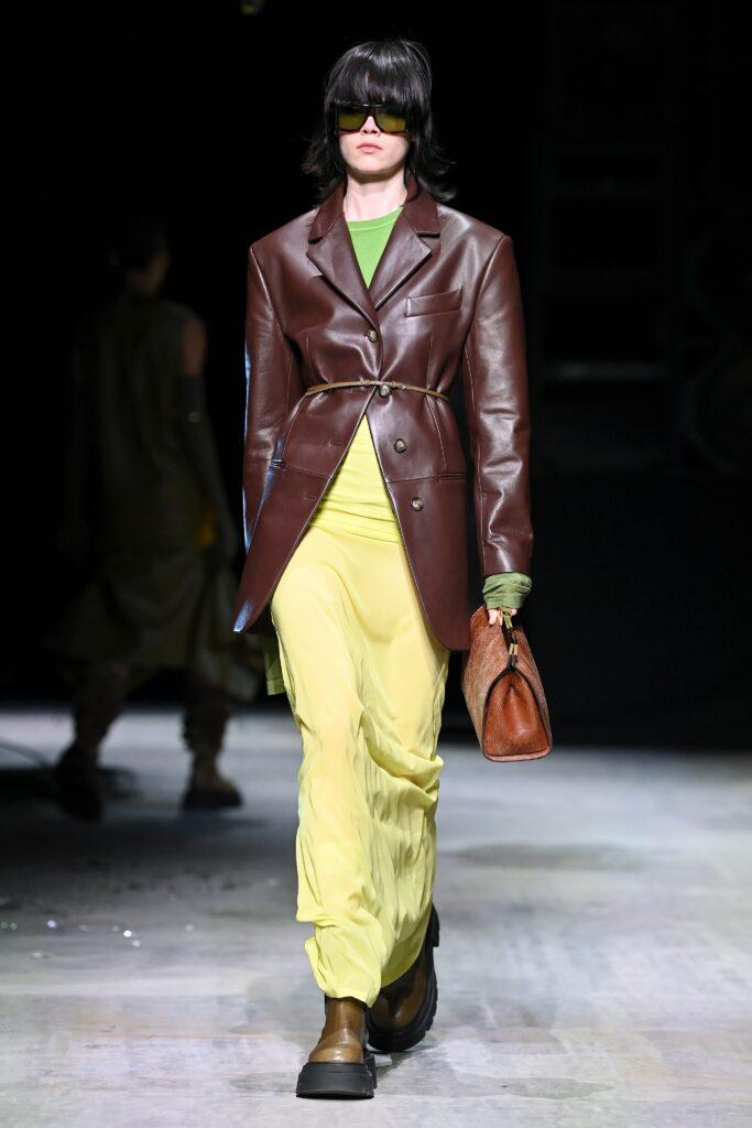 кожаное пальто тренч плащ мода осень 2021 мини короткий бордовый коричневый