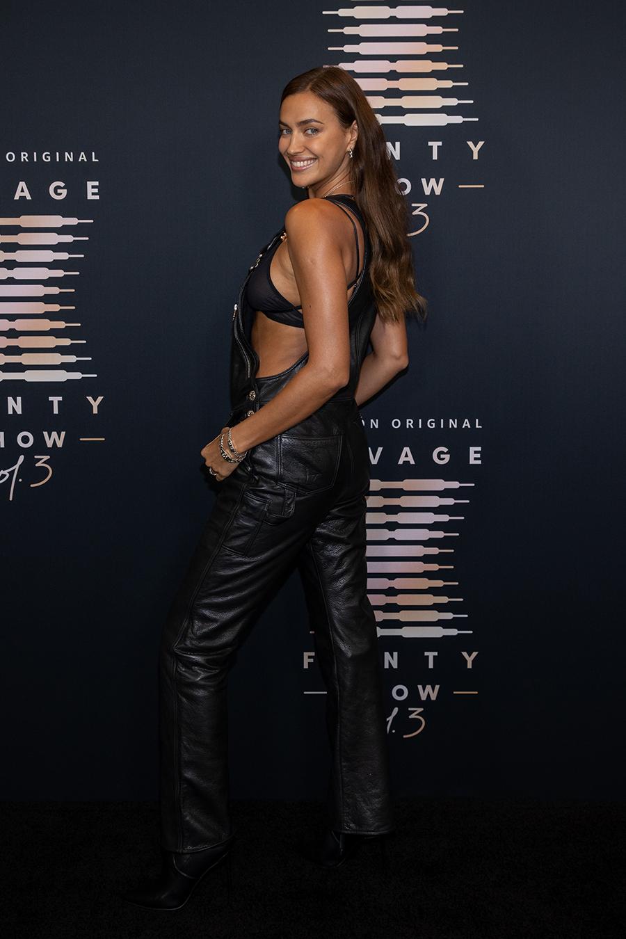 ирина шейк кожаный комбинезон показ Savage X Fenty