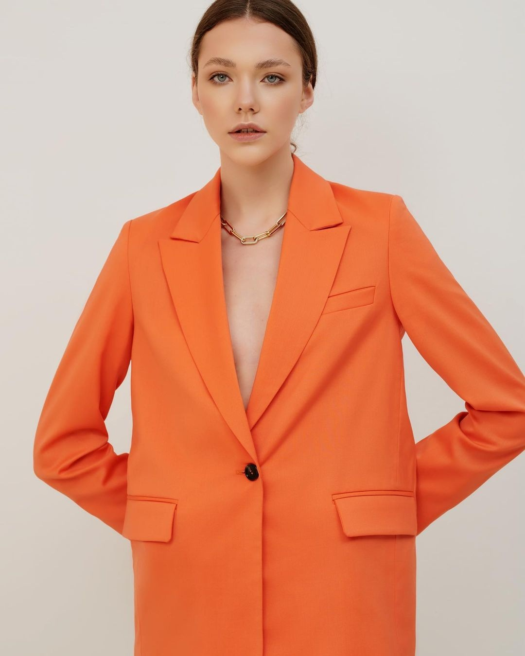 модный женский брючный костюм украинский бренд осень 2021 оранжевый