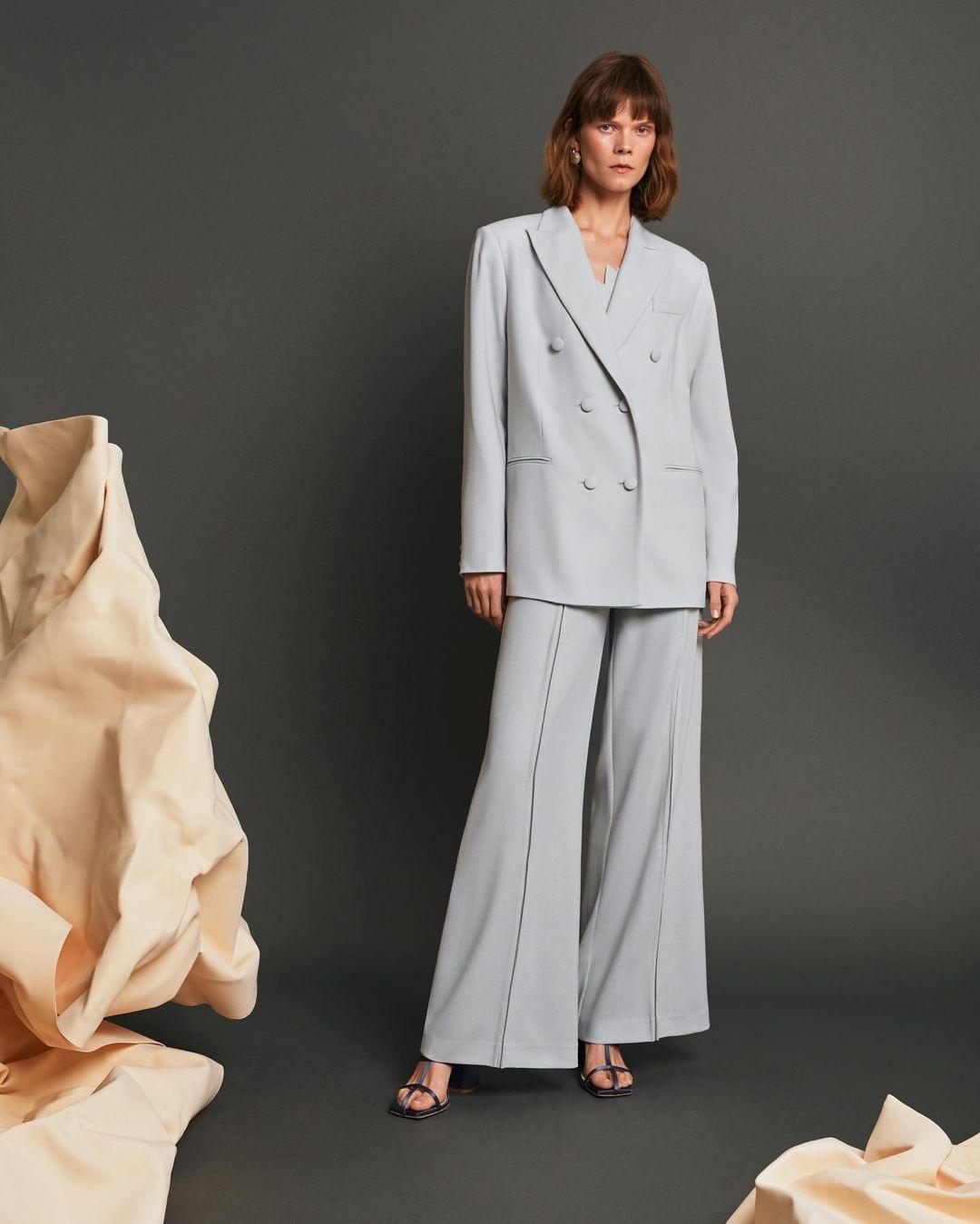 модный женский брючный костюм украинский бренд осень 2021 голубой брюки клеш