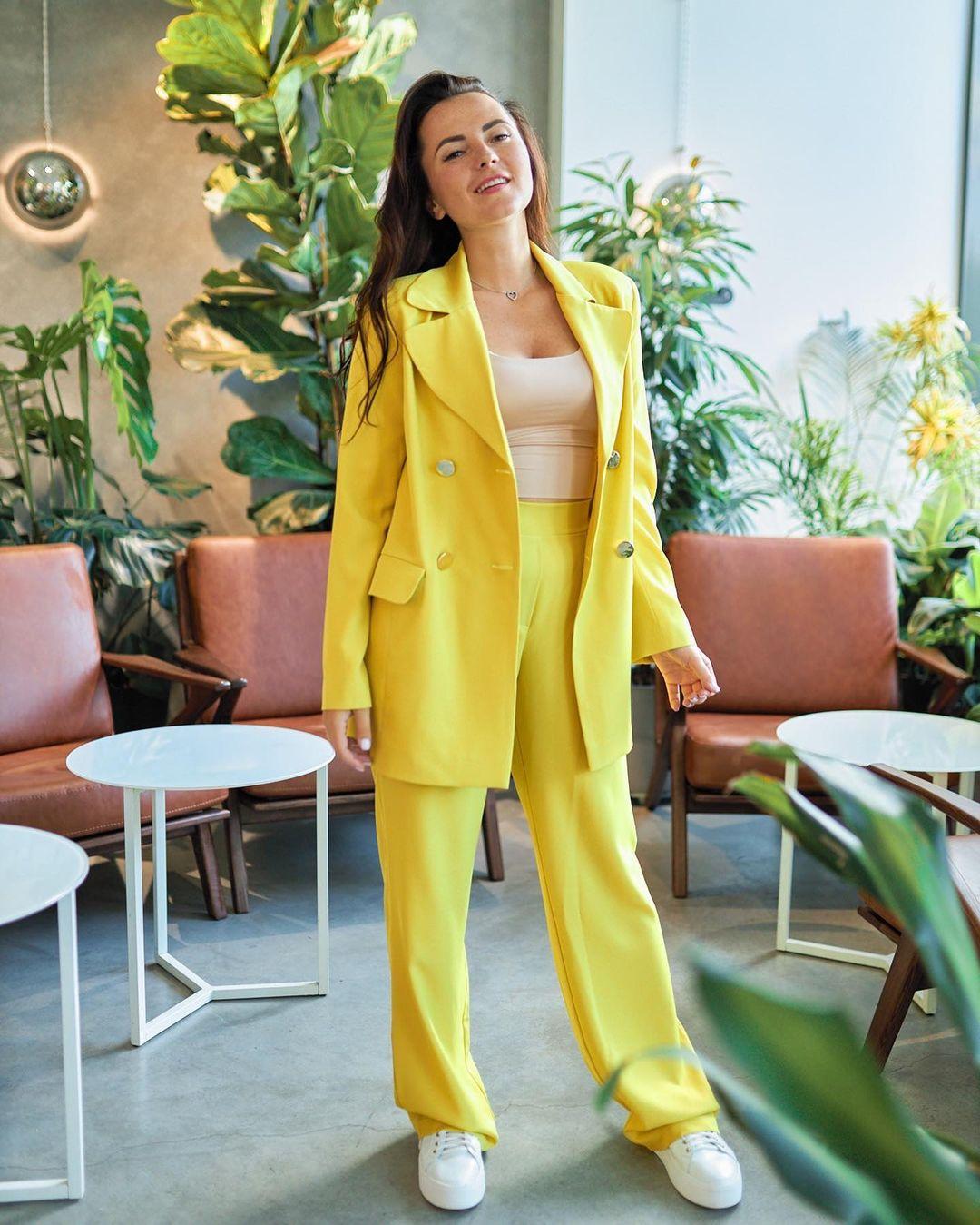 модный женский брючный костюм украинский бренд осень 2021 желтый