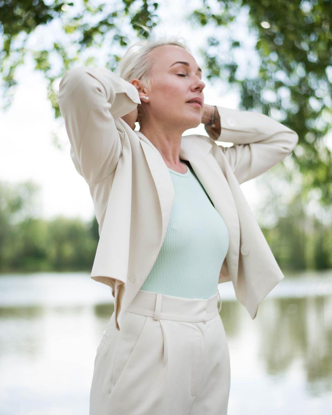 модный женский брючный костюм украинский бренд осень 2021 белый бежевый