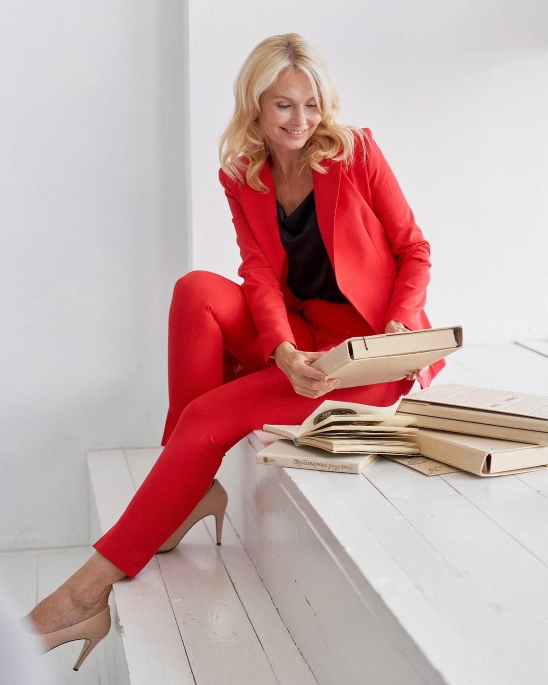 модный женский брючный костюм украинский бренд осень 2021 красный