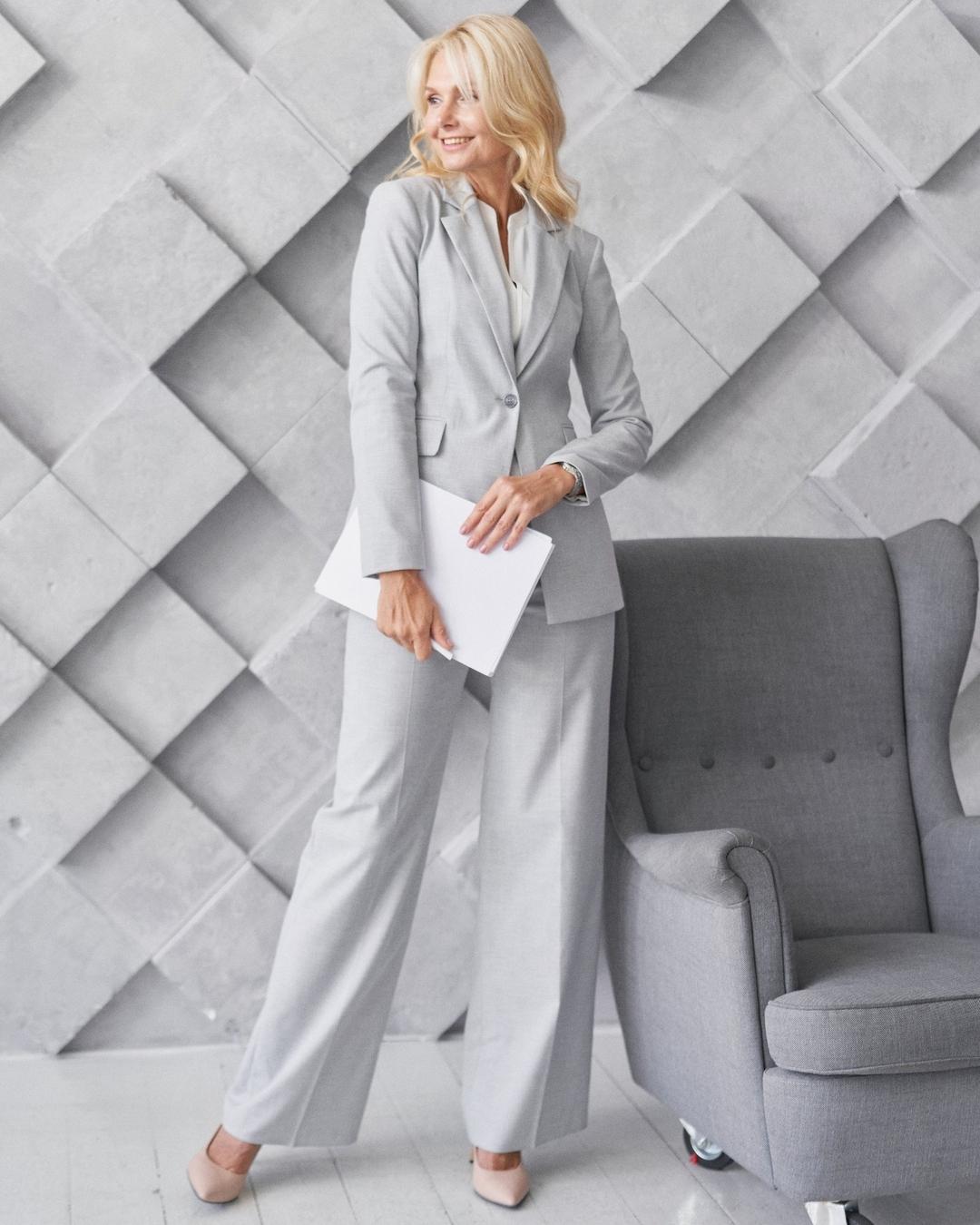 модный женский брючный костюм украинский бренд осень 2021 белый серый