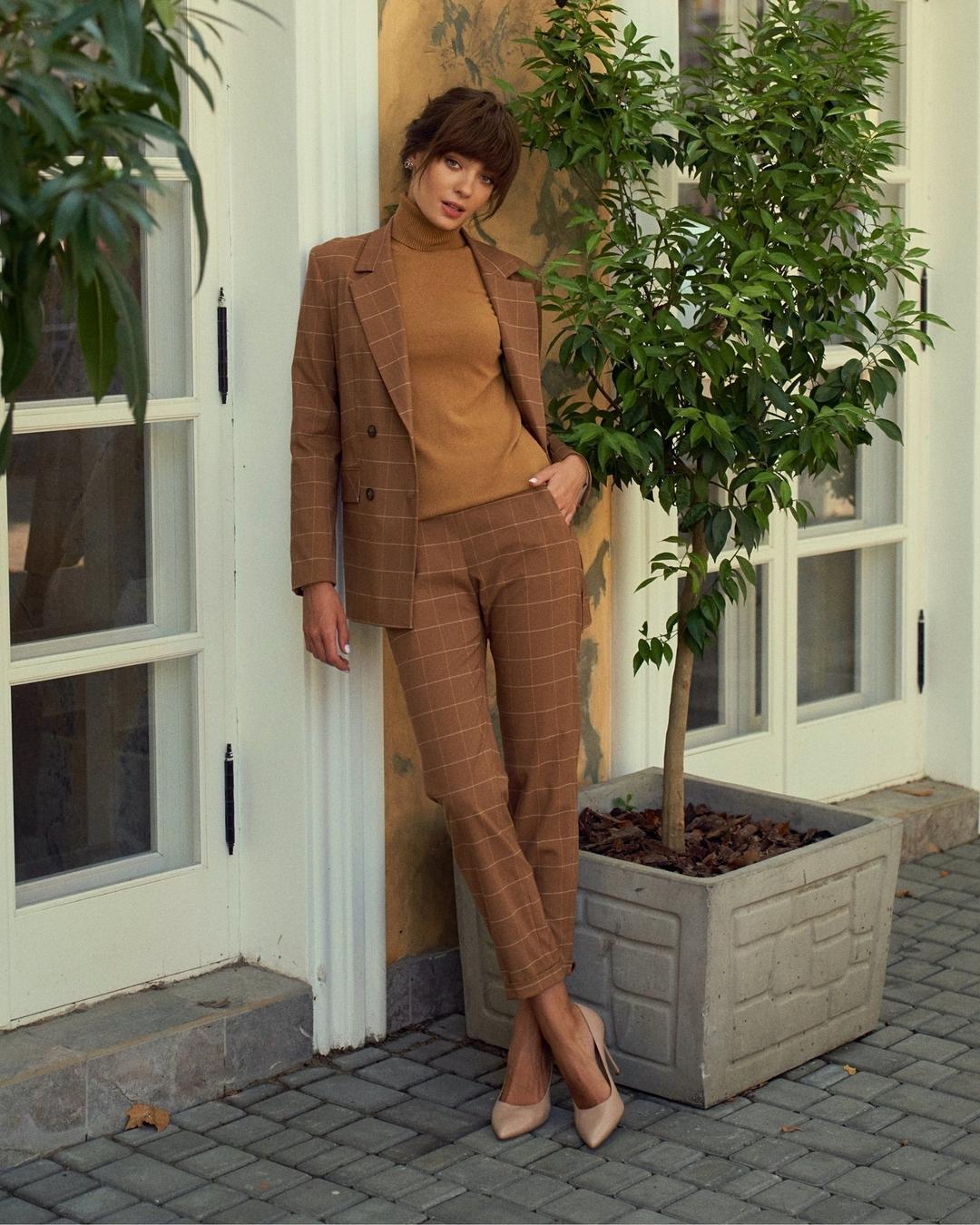 модный женский брючный костюм украинский бренд осень 2021 коричневый рыжий клетка