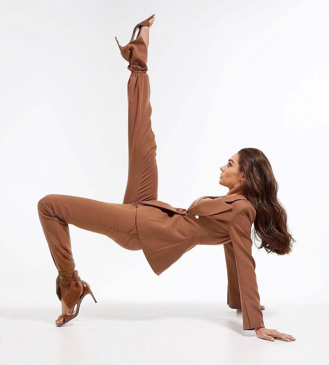 модный женский брючный костюм украинский бренд осень 2021 бежевый коричневый
