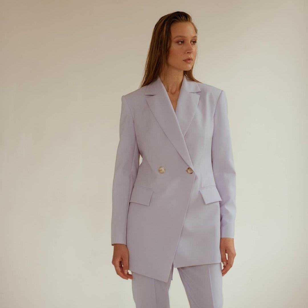 модный женский брючный костюм украинский бренд осень 2021 белый лиловый лавандовый