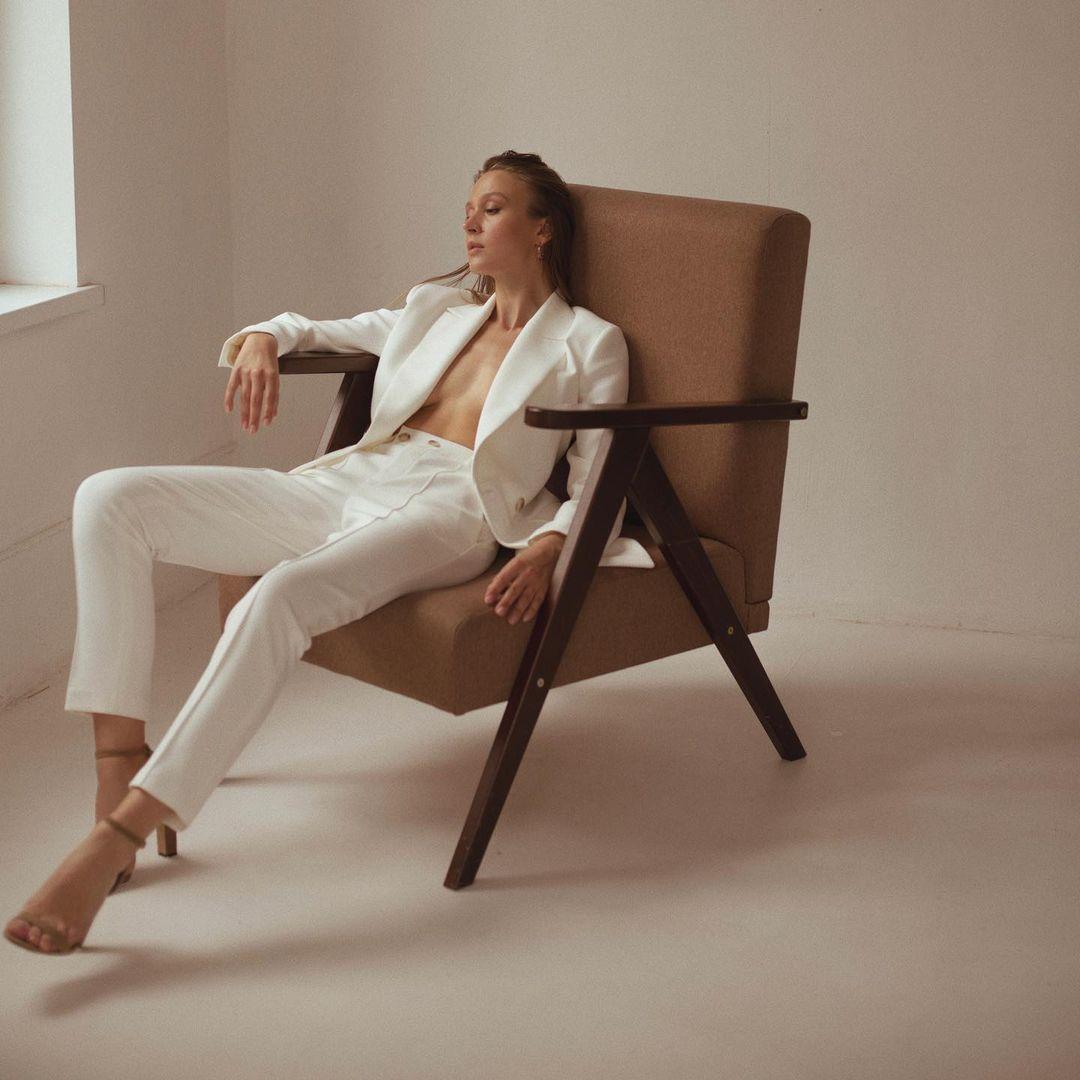 модный женский брючный костюм украинский бренд осень 2021 белый молочный