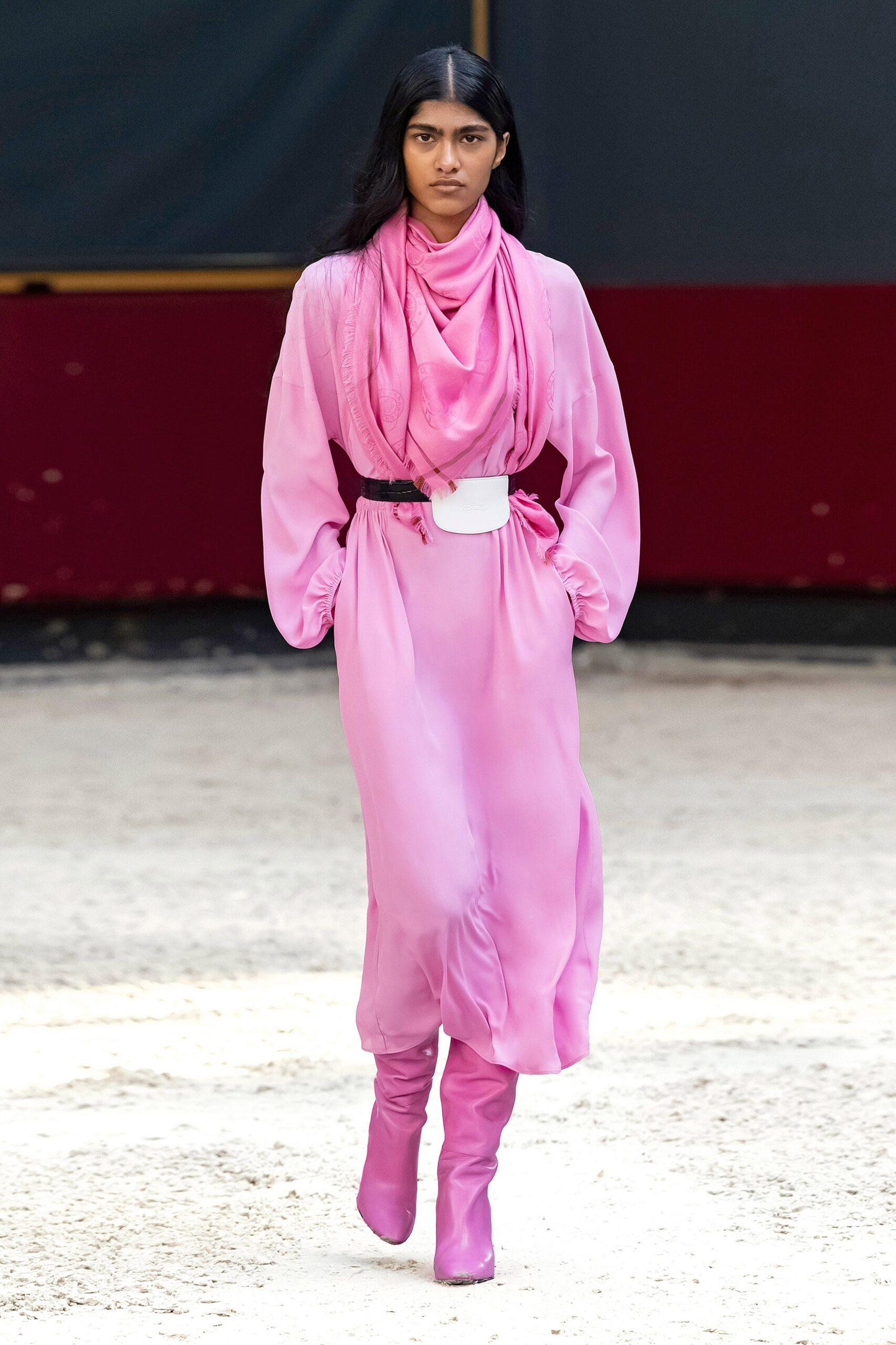 модные сапоги осень зима 2021 2022 широкие голение яркие розовые