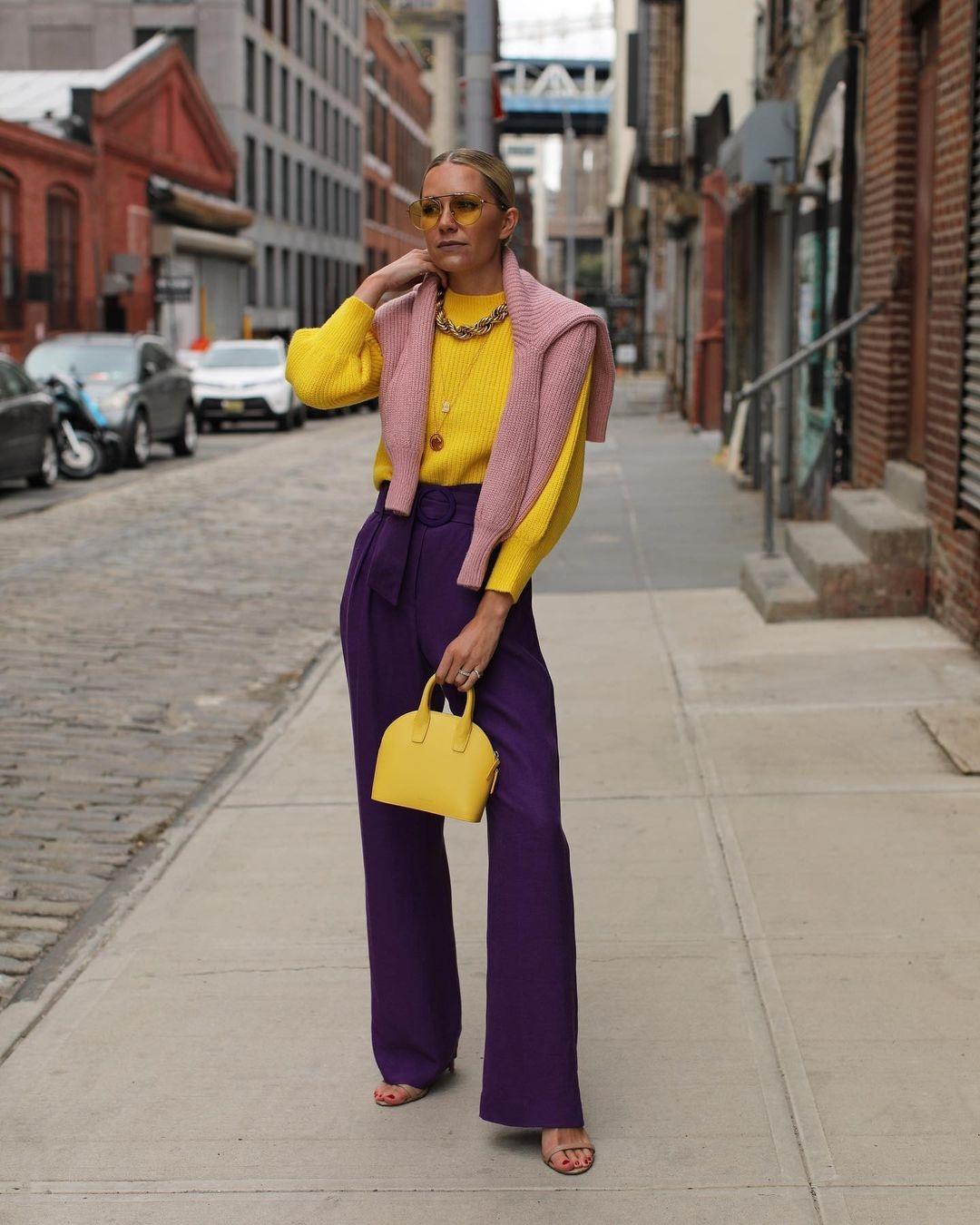 модный свитер осень зима 2021 2022 в рубчик желтый розовый