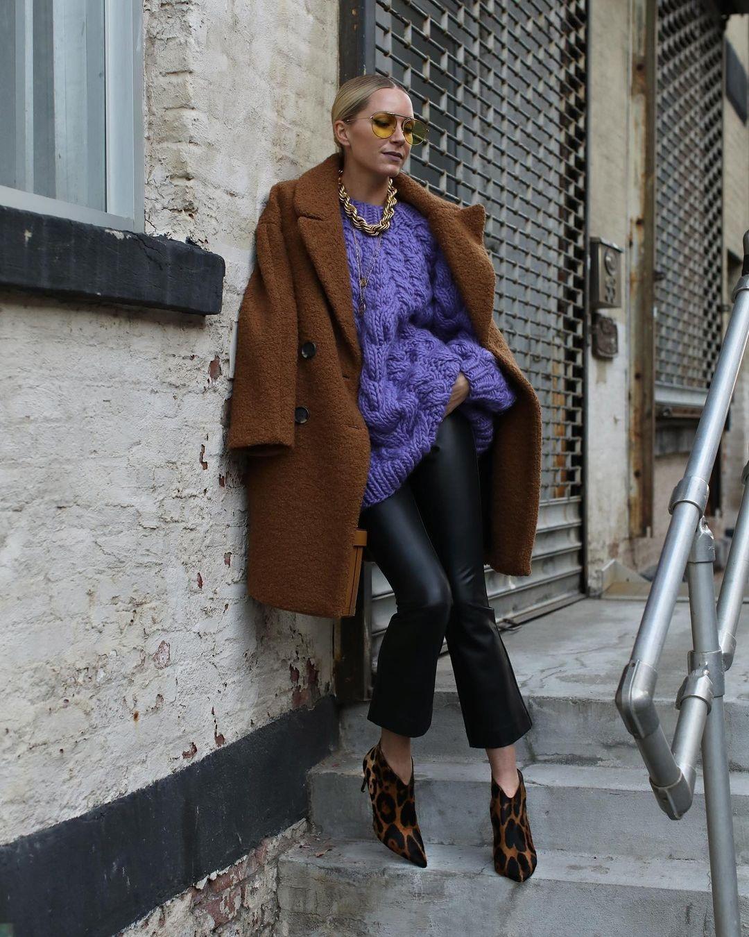 модный свитер осень зима 2021 2022 фиолетовый оверсайз с косами