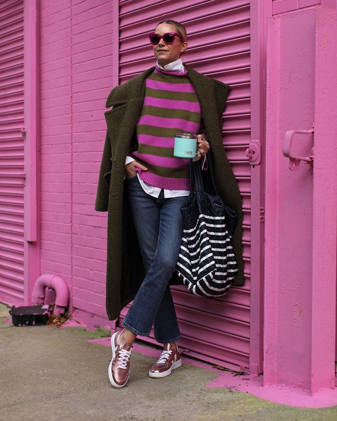 модный свитер осень зима 2021 2022 в полоску полосатый розовый
