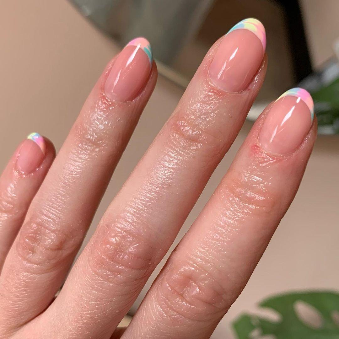 маникюр тренд лето 2021 пастель светлый френч градиент