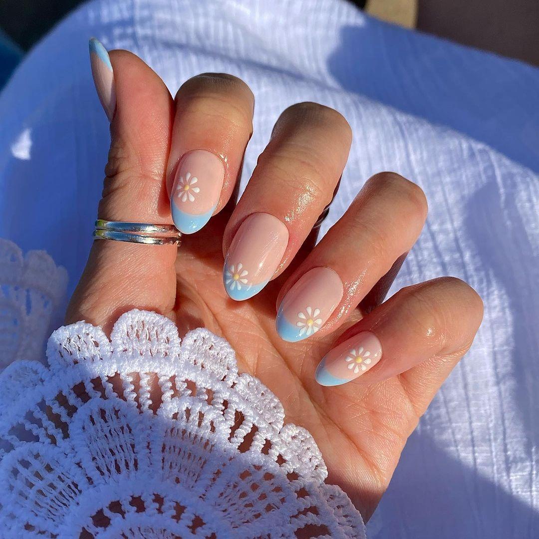 маникюр тренд лето 2021 пастель светлый цветы френч голубой нейл дизайн арт