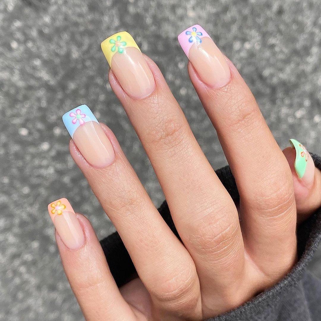 маникюр тренд лето 2021 пастель светлый цветы френч нейл дизайн арт